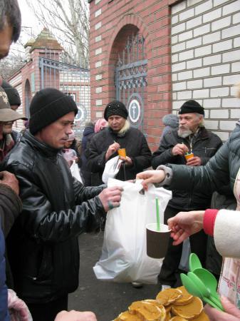 Помощь неимущих и бездомным накануне Рождества Христова