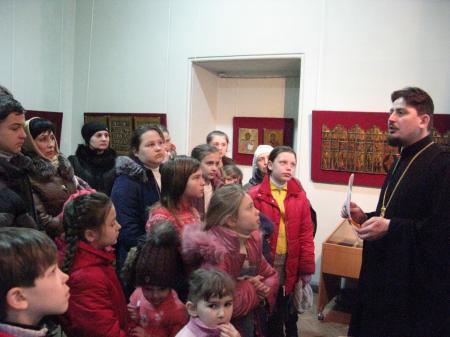 Ученики воскресной школы посетили выставку старинных икон