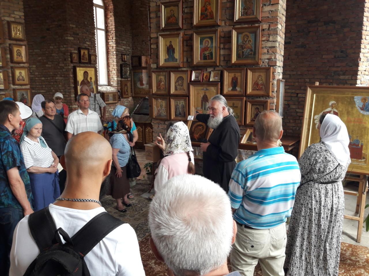 Группа слабослышащих херсонцев приложилась к мощам в Аскании Нова