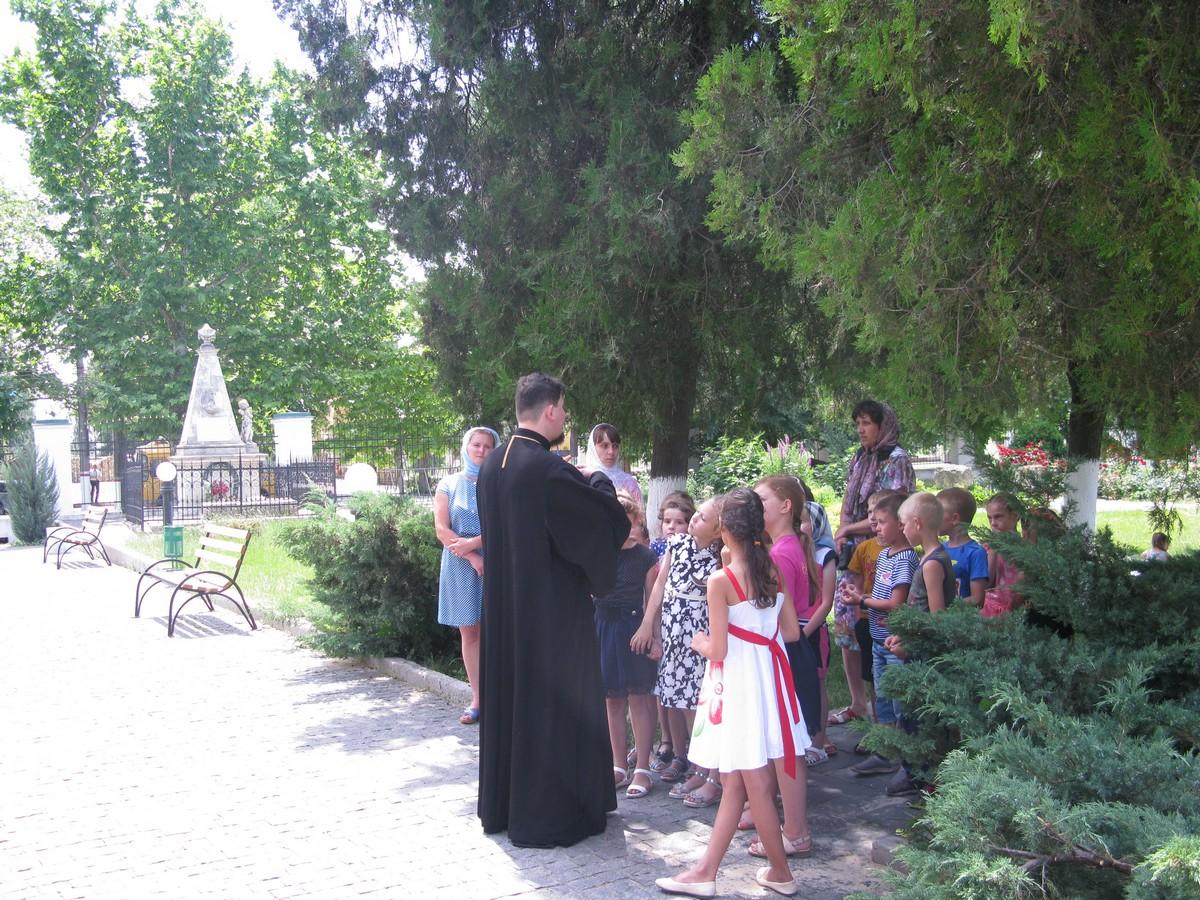Школьникам из Раденска показали святыни 3-х храмов Херсона