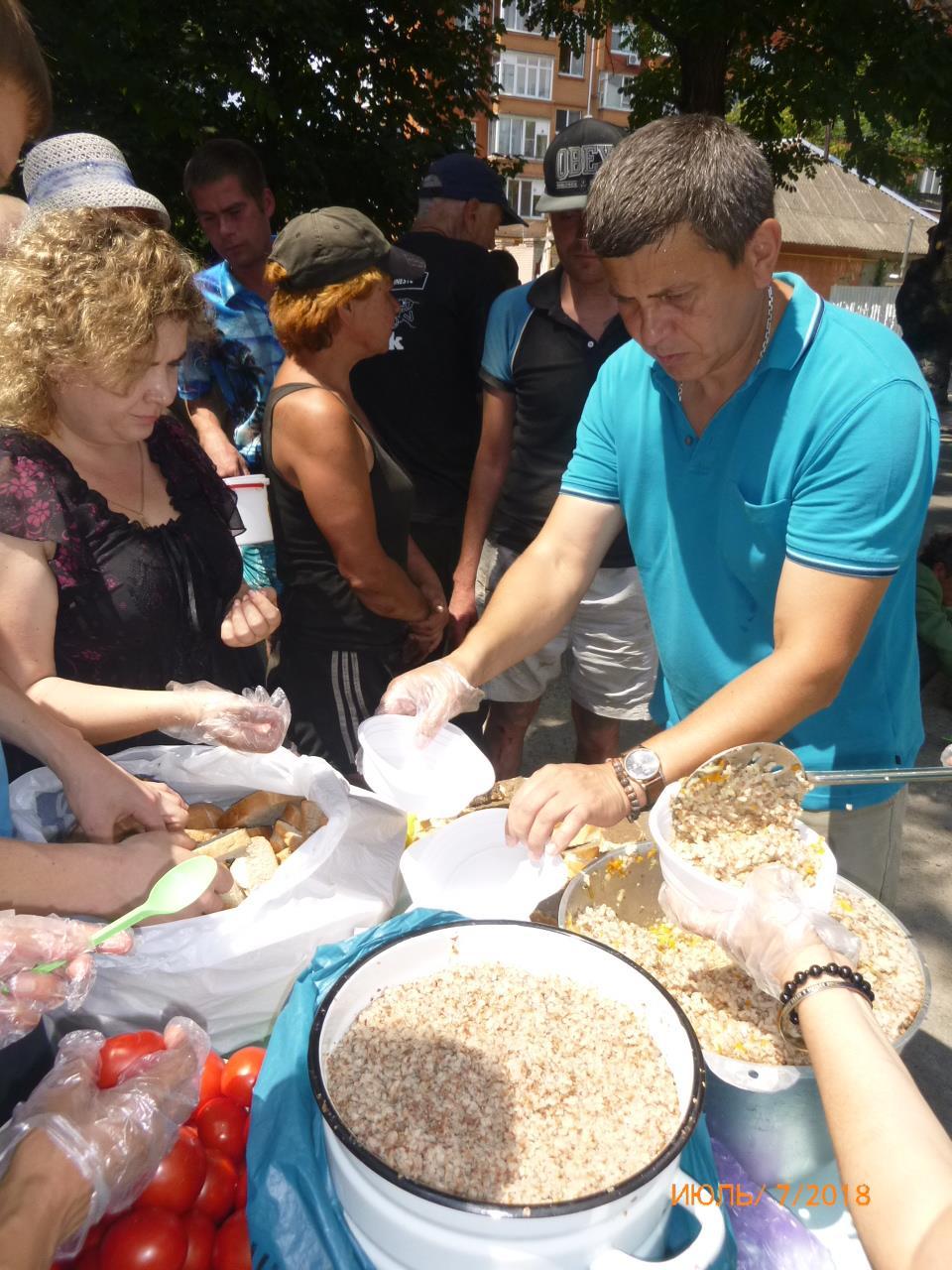 Возле Свято-Духовского собора 3 раза в неделю кормят неимущих