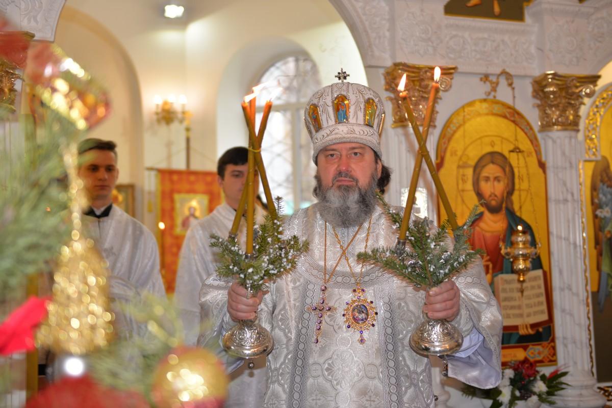 На Рождественском богослужении в Касперовском храме митрополит одарил детей из воскресной школы