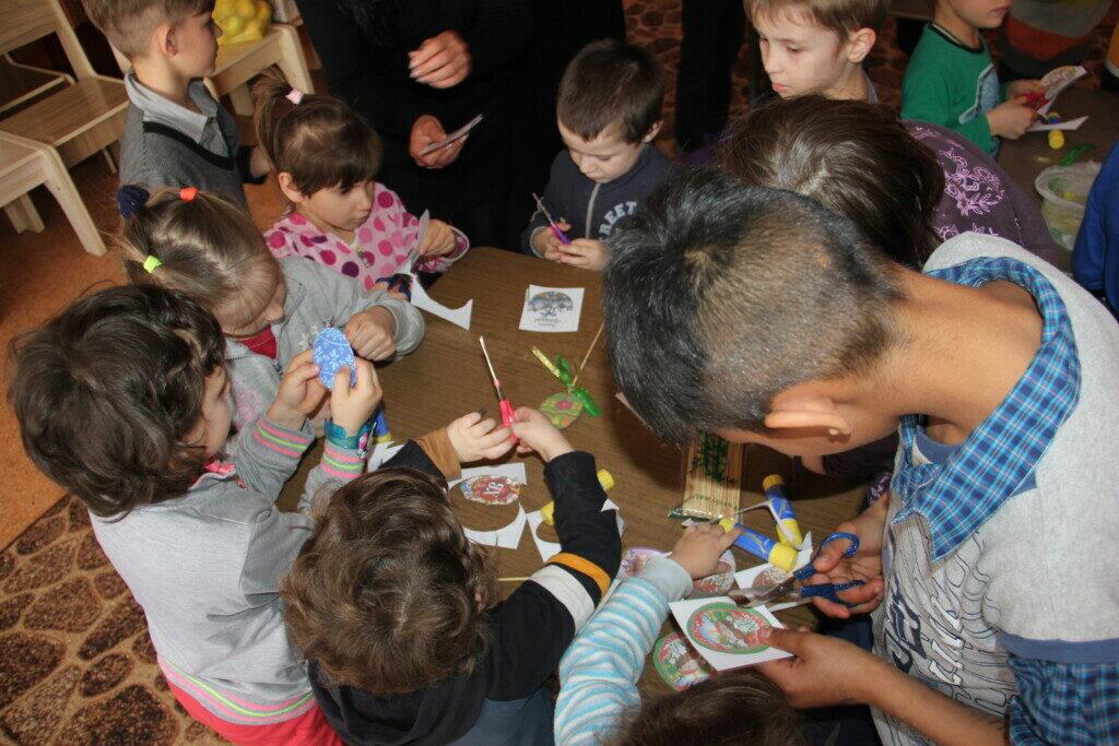 В пригороде Херсона в детском приюте учили делать пасхальные игрушки